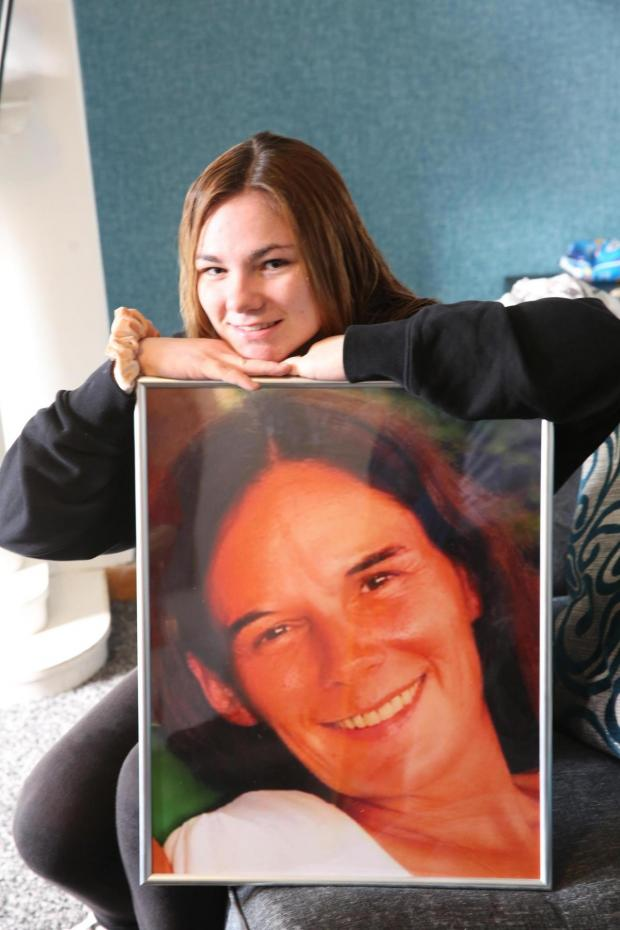 Glasgow Times: Margaret Beaton's daughter Vikki with a picture of her mum