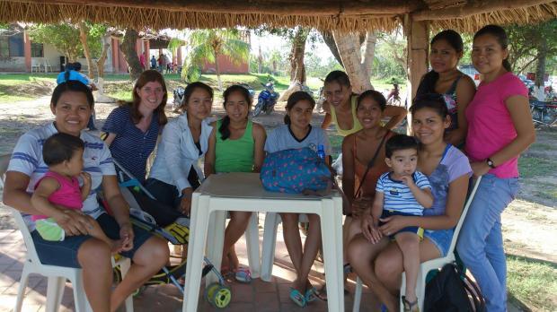 Glasgow Times: Rachel con algunas familias que ayudaron en Bolivia