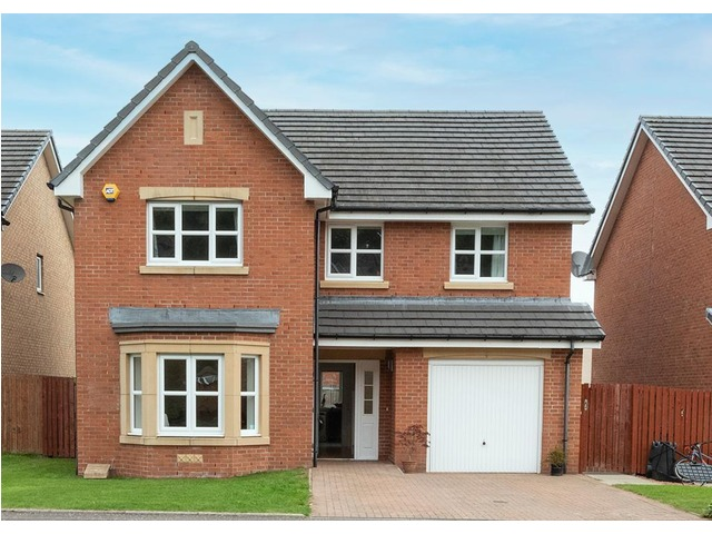 Four-bedroom detached villa for sale on the outskirts of Glasgow in Stepps